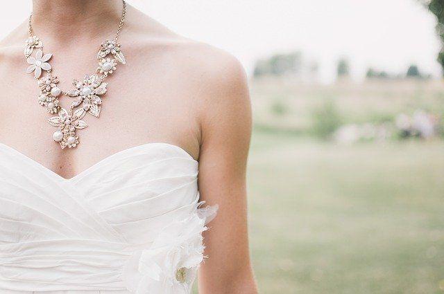 biżuteria slubna a sukienka