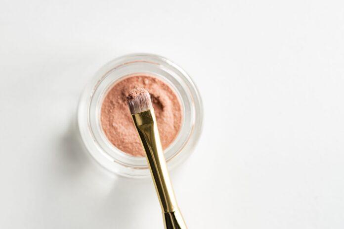 make up z rozświetlaczem